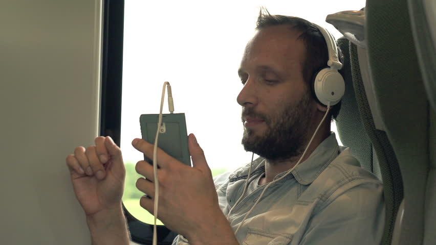 Sluchátka ve vlaku