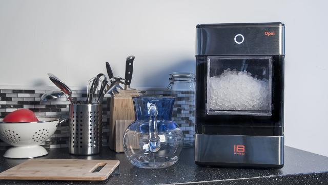 Výrobník ledu v kuchyni