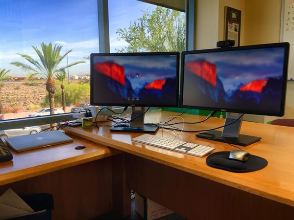 Dvojice monitorů