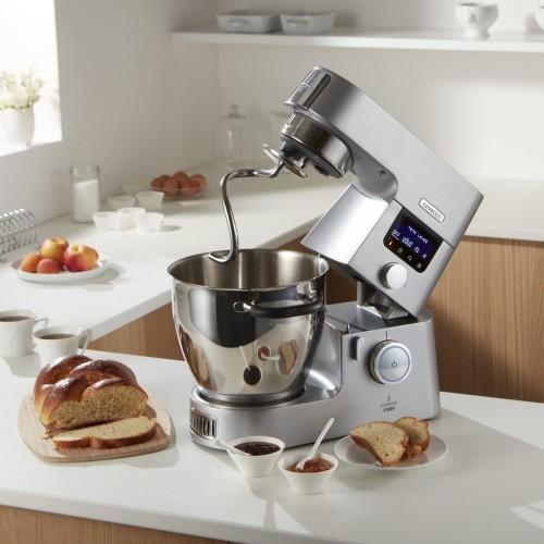 Kuchyňský robot při práci