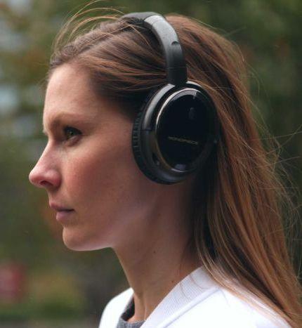 Oblouková sluchátka nasazená